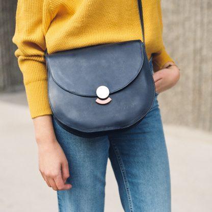 Noir d'Orion lookbook sac Hélios bleu carré
